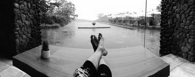 Entspannender Poolside in einem Regensturm Stockbild