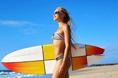 Entspannender Sommer-Wasser-Sport Surfen Mädchen, das Surfbrett hält stockbild