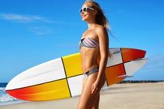 Entspannender Sommer-Wasser-Sport Surfen Mädchen, das Surfbrett hält lizenzfreies stockfoto