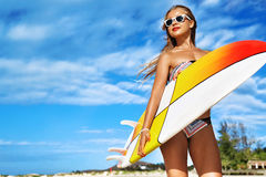 Entspannender Sommer-Wasser-Sport Surfen Mädchen, das Surfbrett hält lizenzfreie stockbilder