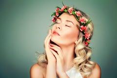 Entspannendes Frauen-Badekurort-Modell mit Blumen Lizenzfreie Stockfotos