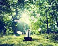 Entspannendes Geschäft, das grünes Natur-Konzept im Freien bearbeitet Lizenzfreies Stockfoto