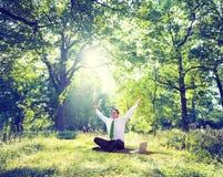 Entspannendes Geschäft, das grünes Natur-Konzept im Freien bearbeitet Stockfoto