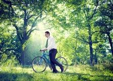 Entspannendes Geschäft, das grünes Natur-Konzept im Freien bearbeitet Lizenzfreie Stockfotos