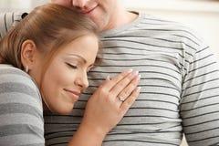 Entspannendes glückliches Paar Lizenzfreies Stockfoto