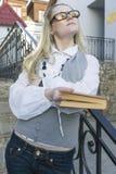 Entspannendes kaukasisches blondes weibliches mit Buch draußen aufwerfen träumen Lizenzfreie Stockbilder