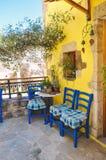 Entspannendes Konzept in der griechischen Art auf Kreta-Insel, typischer altmodischer Weinlesebalkon Lizenzfreie Stockfotografie