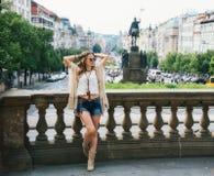 entspannendes nahes Steingeländer der Hippie-aussehenden Frau in Prag Stockbild