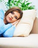 Entspannendes Sofalügen der jungen Frau Stockfotos