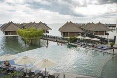 Entspannendes UnendlichkeitsSwimmingpool-Lebensstilkonzept lizenzfreie stockfotos