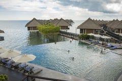Entspannendes UnendlichkeitsSwimmingpool-Lebensstilkonzept stockfoto