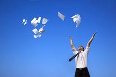 Entspannenund werfende Weißbücher des Geschäftsmannes Lizenzfreies Stockfoto