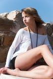 Entspannt unter alten Ruinen in Avdira Lizenzfreie Stockfotos