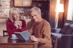 Entspannte ältere Frau, die ihren Tee genießt lizenzfreies stockfoto