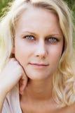 Entspannte blonde Frau am Sommer Lizenzfreies Stockbild