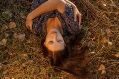 Entspannte Frau in Autumn Grass Vintage Color Lizenzfreies Stockbild