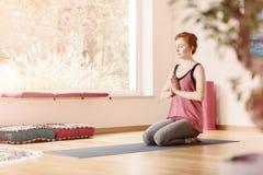 Entspannte Frau in der Yogamitte Stockfotografie
