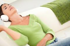 Entspannte Frau, die bei den Augen geschlossen liegt Stockfoto