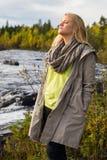 Entspannte Frau, die in der Natur genießt Stockfoto