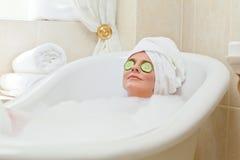 Entspannte Frau, die ein Bad nimmt Stockfotos