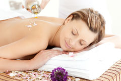 Entspannte Frau, die eine Badekurortbehandlung hat Stockfoto