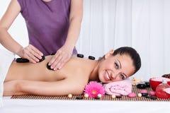Entspannte Frau, die eine Badekurortmassage auf ihr zurück hat stockfotografie