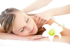 Entspannte Frau, die eine rückseitige Massage empfängt Stockfotografie