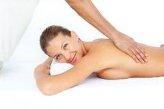 Entspannte Frau, die eine rückseitige Massage hat Stockfoto