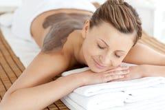 Entspannte Frau, die eine Schlammhautbehandlung genießt Lizenzfreies Stockfoto