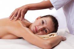 Entspannte Frau, die eine Schultermassage empfängt Lizenzfreie Stockfotografie