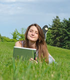 Entspannte Frau, die eine Tablette verwendet Lizenzfreie Stockfotos