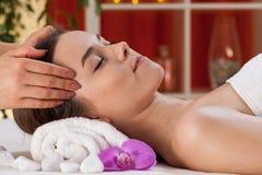 Entspannte Frau, die Kopfmassage empfängt Stockfoto