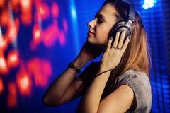 Entspannte Frau, die Musik hört stockbild