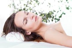 Entspannte Frau im Badekurort Stockfotos