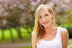 Entspannte Frau im Park lizenzfreie stockfotos