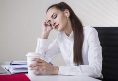 Entspannte Frau mit Kopfhörern lizenzfreie stockfotografie