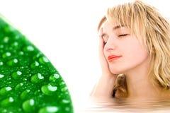 Entspannte Frau und grünes Blatt w stockfoto