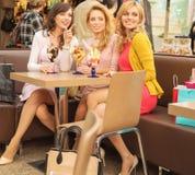 Entspannte Frauen, die geschmackvolle Eiscreme essen Stockbild