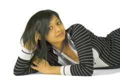 Entspannte indische Frau, die auf dem Fußboden liegt Stockfotos