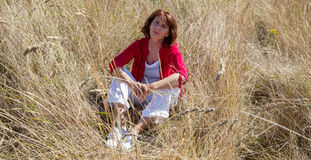 Entspannte junge ältere Frau in Übereinstimmung mit Natur Lizenzfreie Stockbilder