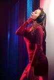 Entspannte junge Frau, die Musik hört lizenzfreies stockfoto