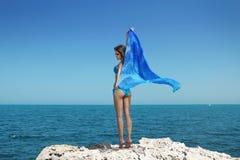 Entspannte junge Frau geben in einem langen Stück frei Stockfoto