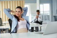 Entspannte junge Geschäftsfrau Feeling Positive Stockbilder