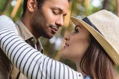 Entspannte liebevolle Paare, die Datum im Park genießen Stockfotografie