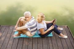 Entspannte ältere Paare Stockbilder