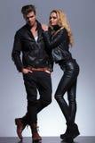 Entspannte Modepaare auf grauem Hintergrund Stockfoto