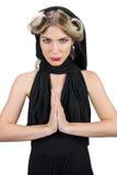 Entspannte mysteriöse Blondine, welche die schwarze Kleidungsaufstellung trägt Stockbild