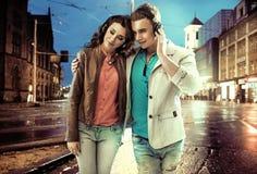 Entspannte Paare, die über das Stadtzentrum gehen stockfoto
