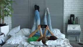 Entspannte Paare, die digitale Tablette auf dem Bett teilen stock video