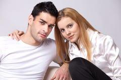 Entspannte Paare, die Fernsehen Stockbilder